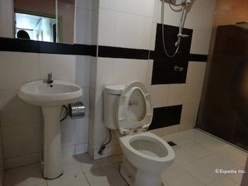 Golden Mango Inn Manila Bathroom
