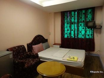 Golden Mango Inn Manila Guestroom