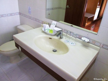 Marco Hotel Cagayan de Oro Bathroom