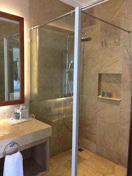 Chateau By The Sea Cebu Bathroom