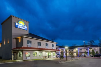 Days Inn & Suites by Wyndham Madisonville in Madisonville, Texas