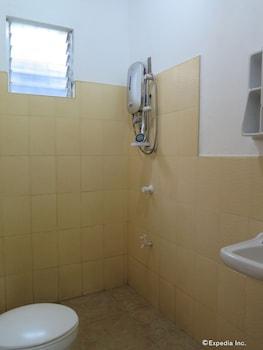 Reggae Guesthouse Bohol Bathroom