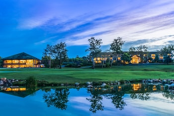 Deluxe Room with Golf Package (One round of 18-hole Green fee with golf cart and caddy) 1 person