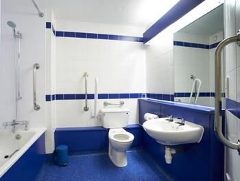 Travelodge Dundee Kingsway - Bathroom  - #0