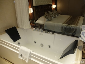 Central Park Tower Resort Angeles Jetted Tub
