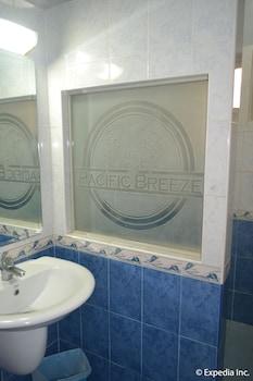 Pacific Breeze Hotel Angeles Bathroom Sink