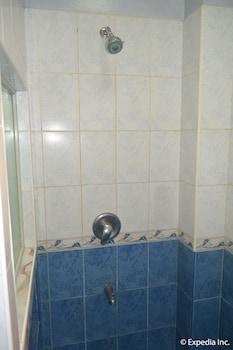 Pacific Breeze Hotel Angeles Bathroom Shower