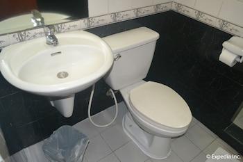 Pacific Breeze Hotel Angeles Bathroom