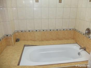 Pacific Breeze Hotel Angeles Deep Soaking Bathtub