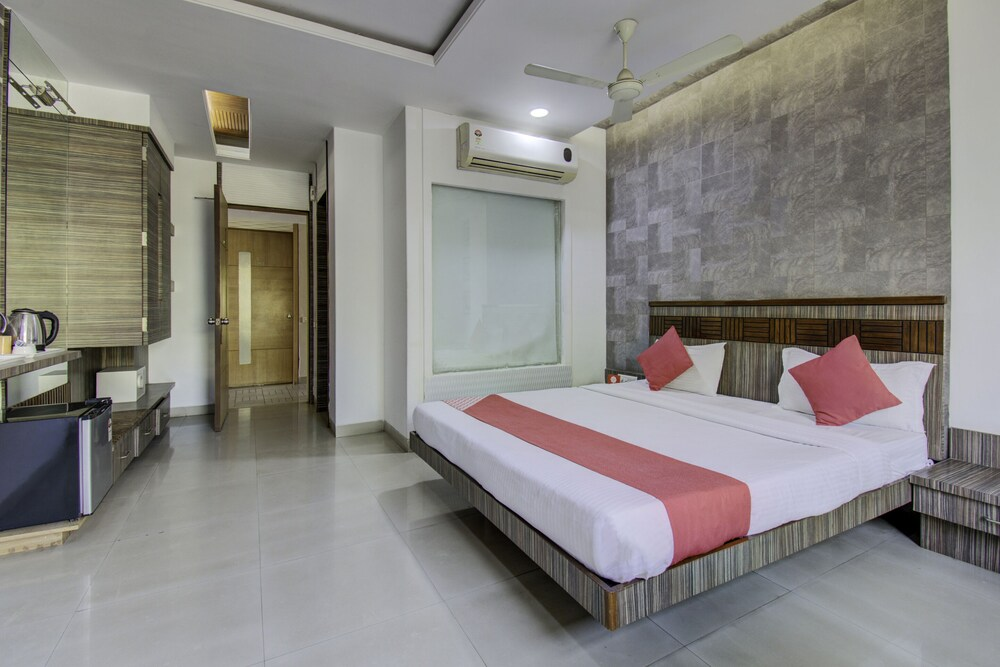 OYO 1000 Hotel Admiral Suites