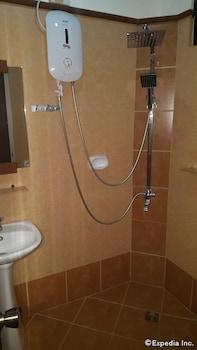 Julieta's Pension House Puerto Princesa Bathroom