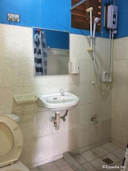 Casa Reyfrancis Bohol Bathroom