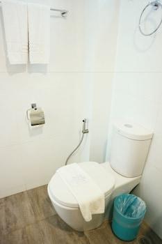 Lime Hotel Boracay Bathroom