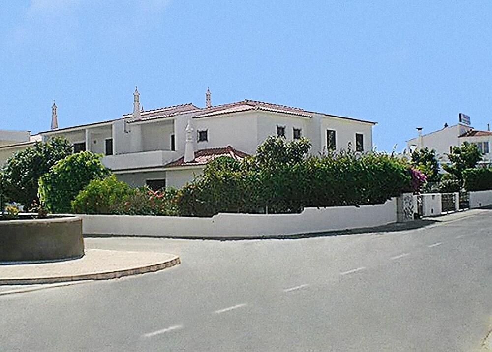 Cheerfulway Oura Village Garden Apartamentos