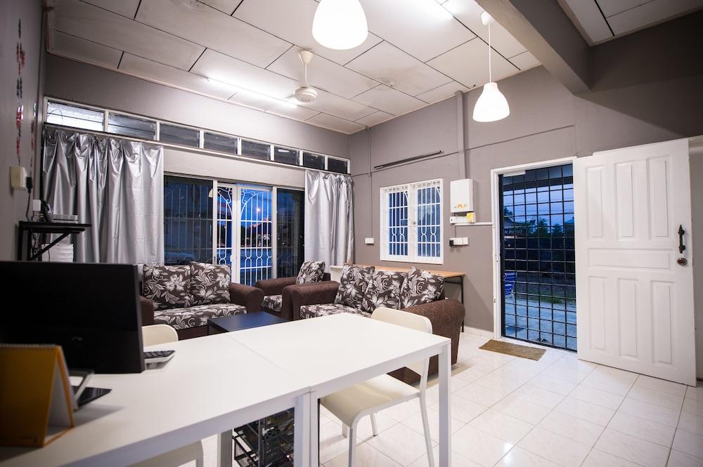 Kemaman Lodge & Cafe - Hostel