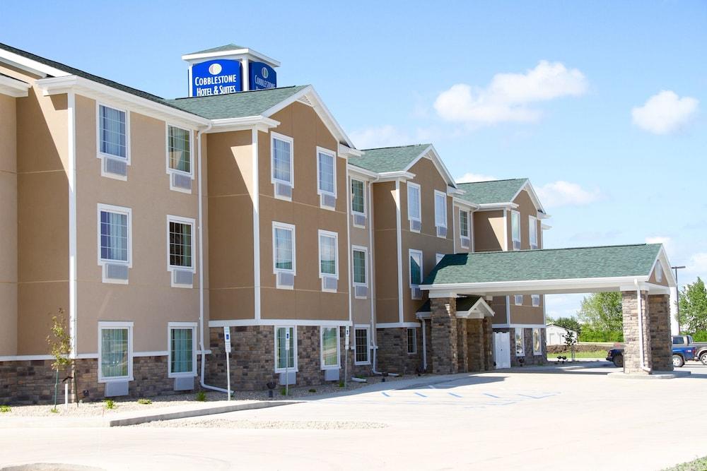 Cobblestone Hotel & Suites - Devils Lake
