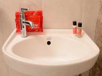 OYO Rooms Sindhi Camp Metro View - Bathroom Sink  - #0