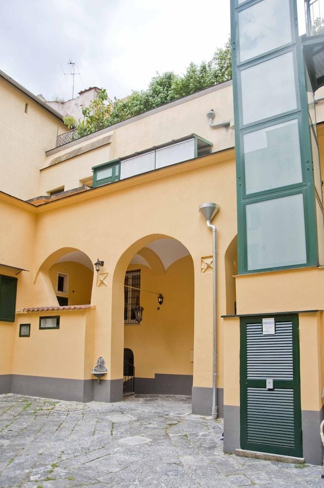 Napul'è Apartment