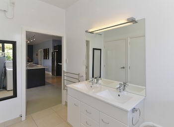 Lakefront Holiday Home - Bathroom  - #0