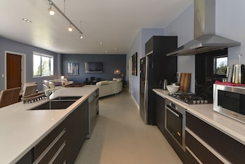 Lakefront Holiday Home - In-Room Kitchen  - #0
