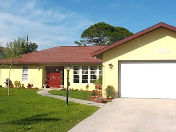 Venice Euclid Home 3 Br home by RedAwning