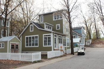 Sweet Digs 2 Br home by RedAwning