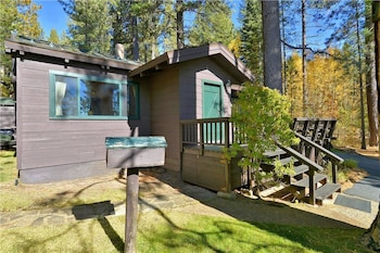 Twin Top Lakefront 6 Br cabin by RedAwning