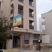 馬爾馬裡斯阿多尼斯飯店