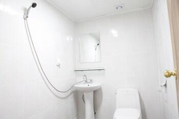 Baozen Guesthouse - Hostel - Bathroom  - #0