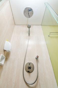 ZEN Rooms Uluwatu GWK - Bathroom Shower  - #0