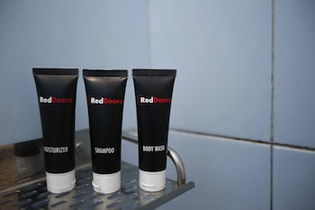 RedDoorz @ Radio Dalam - Bathroom Amenities  - #0
