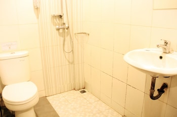 ZEN Rooms Riau Martadinata - Bathroom  - #0