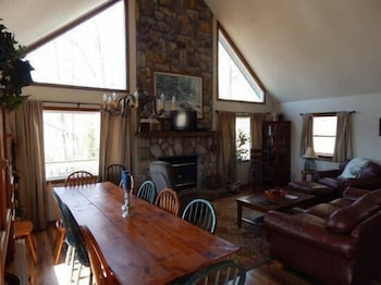 Blue House 4 Bedroom Holiday home by Norris Lake in La Follette, Tennessee