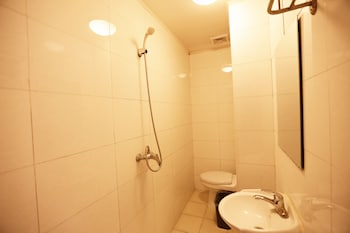 Beijing Granary International Hostel - Bathroom  - #0