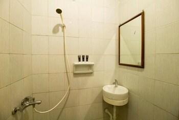 RedDoorz near Taman Puring - Bathroom  - #0