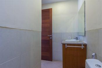 RedDoorz @ Tegal Sari Berawa - Bathroom  - #0