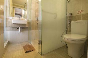 RedDoorz Plus @ Cipaganti 2 - Bathroom  - #0