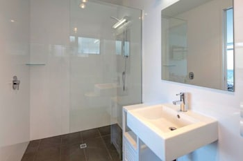 Manor Park Lodge - Bathroom Shower  - #0