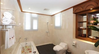 The Golden Lake Hotel - Bathroom  - #0