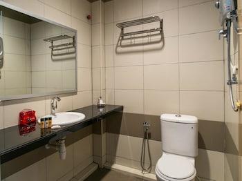 OYO Premium Jalan Pantai Tengah - Bathroom  - #0