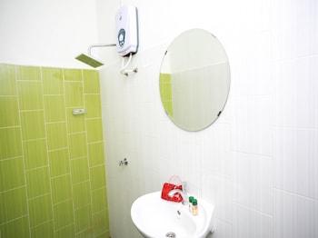 OYO 221 Olive Hotel - Bathroom  - #0