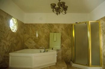 Bertrann Bed & Breakfast - Bathroom  - #0