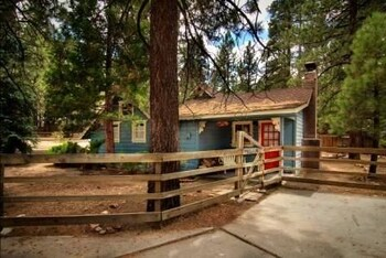 Lake Walk Cottage 3 Bedroom Holiday Home Near swim beach By Gold Rush Resort Rentals
