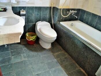 Hoa Binh Ha Long Hotel - Bathroom  - #0