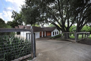 3BR 2BA Inviting Retreat off South Congress Downtown Austin by RedAwni
