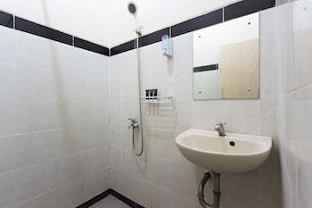 RedDoorz @ Pinang Tangerang - Bathroom  - #0