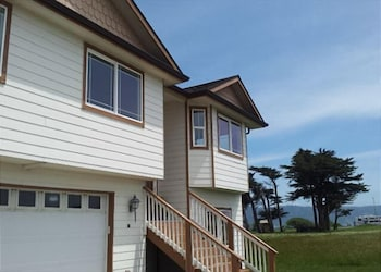 New Crescent City Beach House Ocean and Beach Out Front Door Great Views by RedAwning