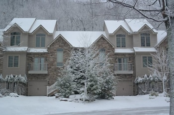 11 Laurelwoods At Big Boulder Lake and Ski Area Sleeps 16 by RedAwning in Lake Harmony, Pennsylvania