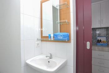 Airy Denpasar Barat Gunung Soputan Gang Segina 3B Bali - Bathroom  - #0