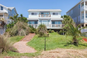 Sun and Tan Beach House 4 Bedrooms Beach Front Sleeps 12 by RedAwning